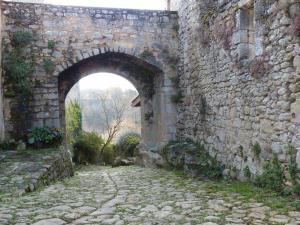 045 la porte fortifiee conduisant au moulin